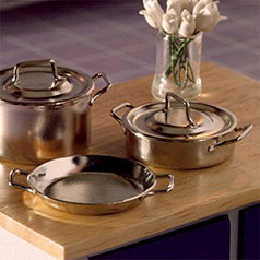 Dolls' house kitchen accessories